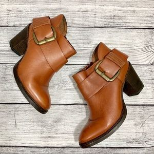 Steve Madden Farlow Leather Big buckle Booties.